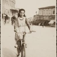 Vida Carla Michelotti (1926-1999) in Piazza del Popolo a Montecatini Terme va a bottega in bicicletta