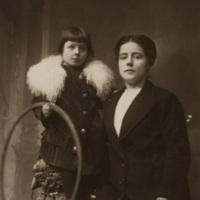 Ritratto in studio di mamma e figlia: Amelia Catelani e Leda Papineschi